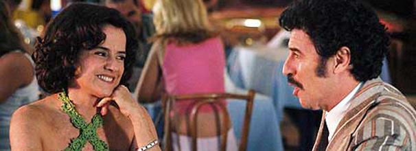 Nenê (Marieta Severo) convida o ex-namorado Carlinhos (Paulo Betti) para ir ao baile