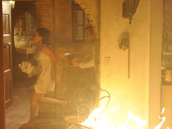 Adamo (Germano Pereira) e Francesca (Marcella Valente) se assustam e correm no meio do fogo