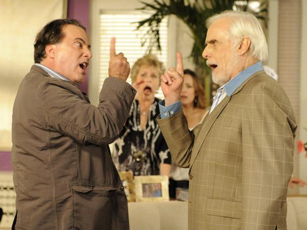 Totó (Tony Ramos) e Olavo (Francisco Cuoco) defendem suas filhas
