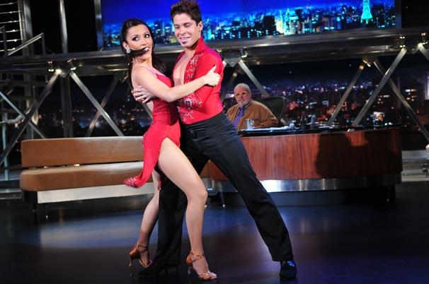 Rafael Barros e Carine Morais dançam salsa no palco do Programa do Jô
