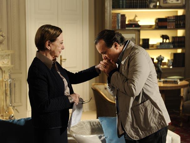 Totó beija a mão de Bete e agradece tudo o que ela fez por ele