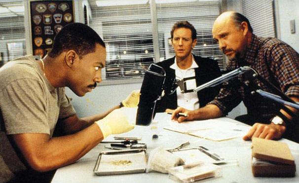 Alex Foley (Eddie Murphy) busca o assassino de seu chefe