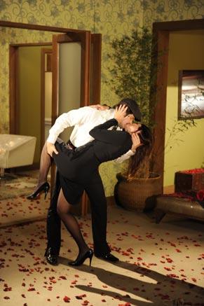 Victor Valentim (Murilo Benício) e Suzana (Malu Mader) se beijam