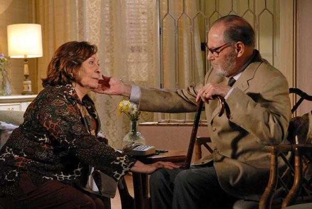 Gemma (Aracy Balabanian) fica emocionada ao reconhecer Antero (Leonardo Villar)