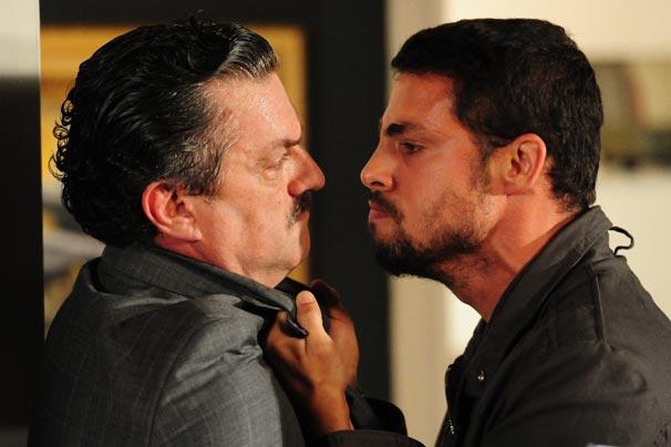 Danilo (Cauã Reymond) perde a paciência com Saulo (Werner Schuneman) durante o café da manhã