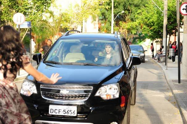 Luisa (Guilhermina Guinle) avança com o carro em cima de Marcela (Ísis Valverde)