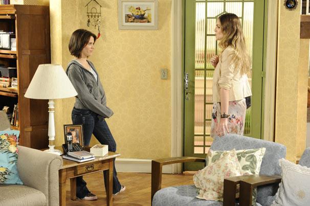 Mônica vai até a casa de Fátima e a enfrenta