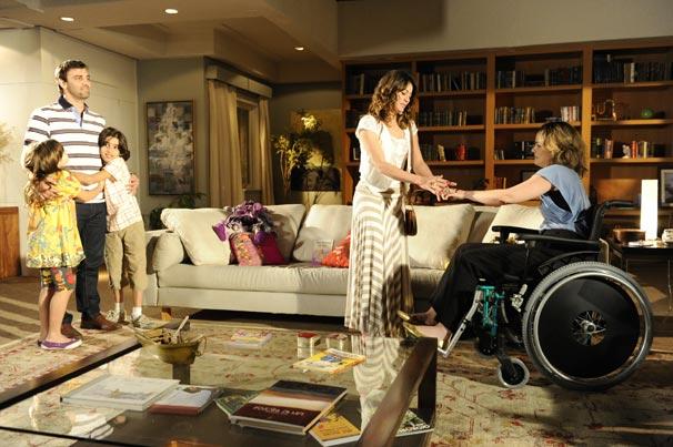 Judite (Carolina Kasting) agradece Mariana (Carol Castro) por ter salvo sua vida