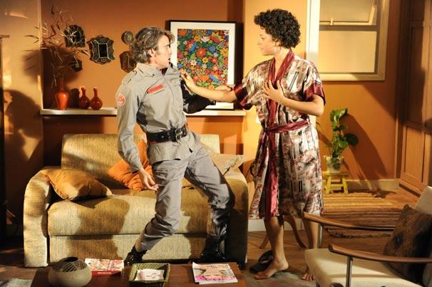 Jacques Leclair (Alexandre Borges) se veste de bombeiro para Clotilde (Juliana Alves)