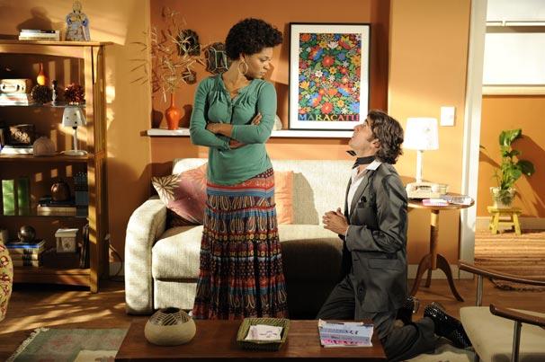 Jacques Leclair (Alexandre Borges) se ajoelha aos pés de Clotilde (Juliana Alves)