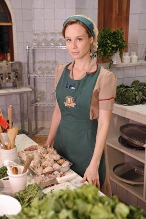 Clara (Mariana Ximenes) se torna garçonete de uma cantina italiana