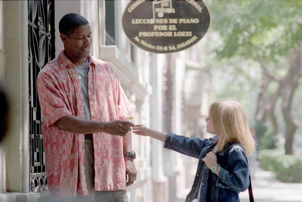 John Creasy (Denzel Washington) se torna guarda-costas da pequena Pita (Dakota Fanning)