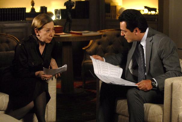 Mauro (Rodrigo Lombardi) revela a Bete (Fernanda Montenegro) desvio de dinheiro da Metalúrgica