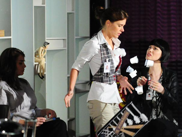 Melina (Mayana Moura) derruba bandeja de cafés servidos por Diana (Carolina Dieckmann)