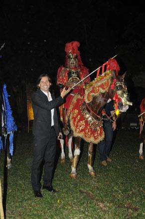Murilo Rosa encena a cavalhada na festa de lançamento de Araguaia