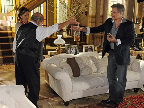 Fernando (Edson Celulari) não sabe o que lhe espera ao aceitar bebida de Max (Lima Duarte) e Amélia (Júlia Lemmertz)