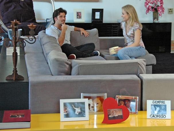 Em sua casa, Bruno Gagliasso mostra seus cantinhos preferidos para Angélica