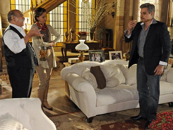 Fernando (Edson Celulari) morre após tomar bebida exótica oferecida por Max (Lima Duarte)