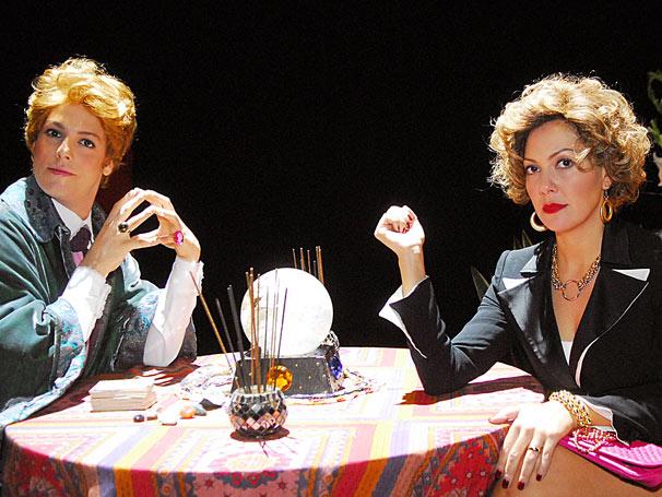 Quiromante (Fabio Porchat) manda mulher (Fabiula Nascimento) hidratar as mãos