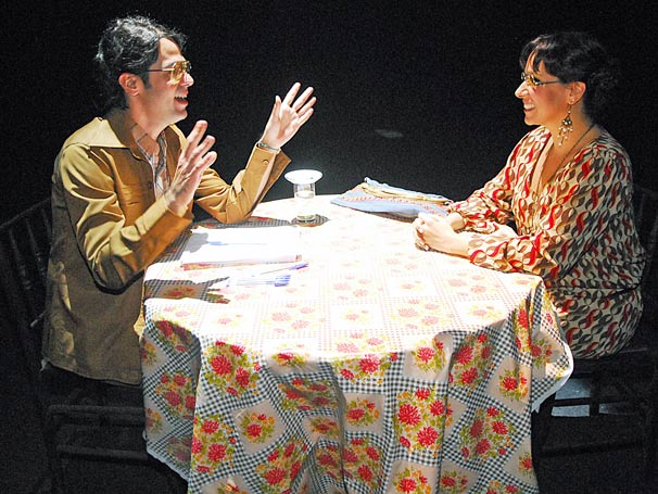 Bruno Mazzeo encarna um Medium diante de Renata Castro