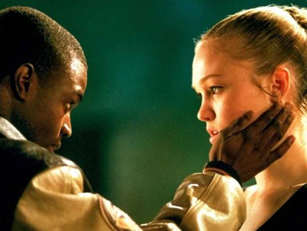 Sarah Johnson (Julia Stiles) descobre um novo mundo ao lado de Derek (Sean Patrick Thomas)