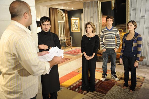 Toda a família de Stela (Maitê Proença) é intimada para depor sobre o assassinato de Saulo (Werner Schüneman)