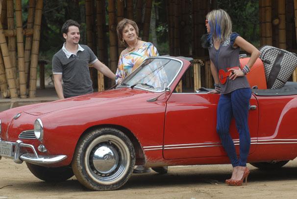 Beatriz ( Eva Wilma ), Lenita ( Aninha Lima ) e Tavinho ( Thiago Oliveira ) chegam à Girassol