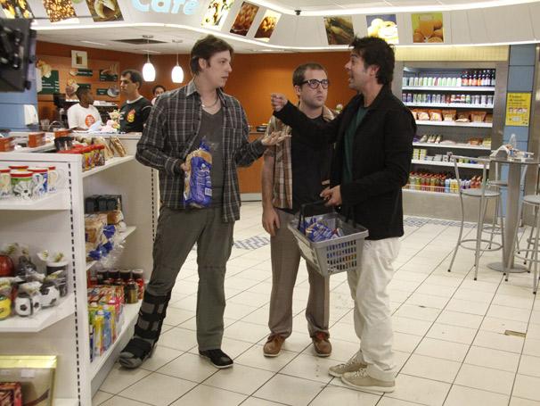 Bruno (Bruno Mazzeo), Gregório (Gregório Duvivier) e Fabio (Fabio Porchat) refletem problemas em academias