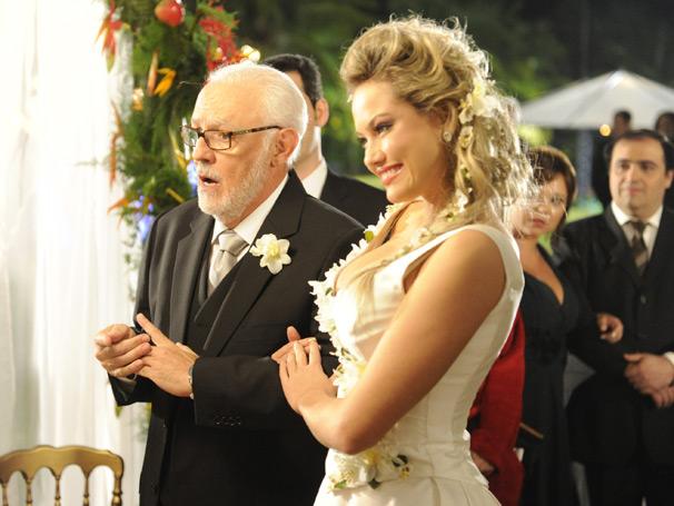 Episódio traz casamento de  Dra. Luísa (Ellen Rocche) e Dr. Solano (Ney Latorraca)