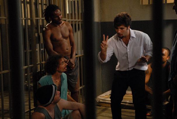 O italiano logo perde o medo e se sente à vontade para contar suas histórias para os outros presos
