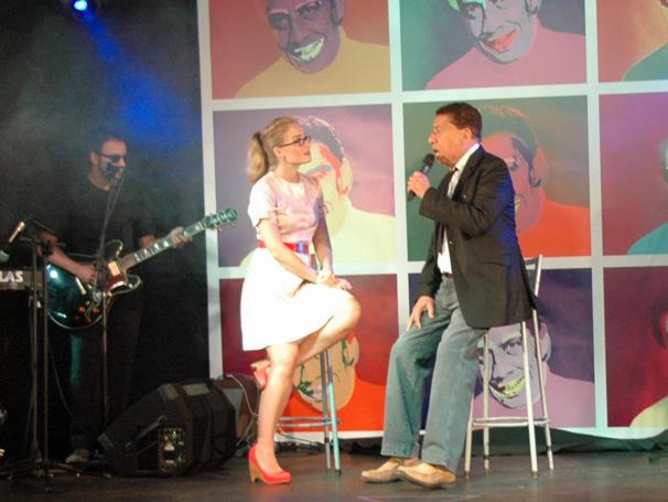 Paulo Silvino canta suas músicas, com uma banda montada pelo programa