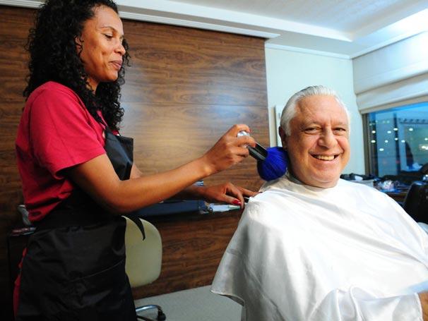 A cabeleireira Josi dá o toque final no visual de Antonio Fagundes, que se prepara para seu próximo personagem ...