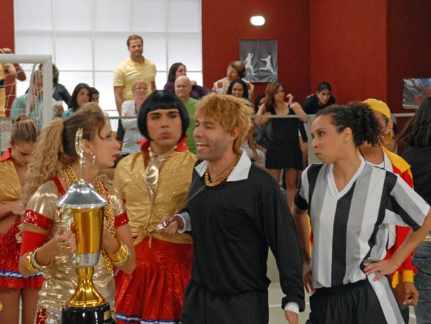 Admilson (Rodrigo Sant'anna) tenta colocar ordem na discussão de Lady Kate (Katiuscia Canoro) e Clarete (Thalita Carauta)