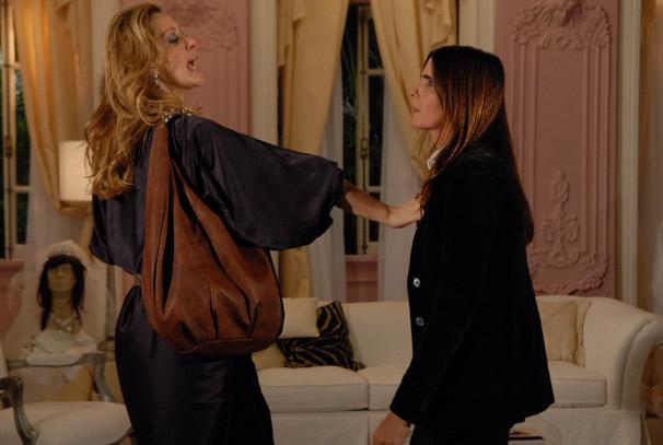 Jaqueline (Claudia Raia) conta à Suzana (Malu Mader) que é ela quem desenha os croquis de Jacques Leclair (Alexandre Borges)
