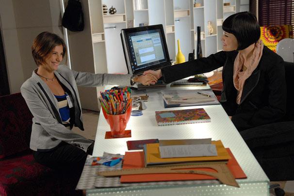 Lorena (Tammy Di Calafiori) quer trabalhar na assessoria de imprensa da Metalúrgica Gouveia