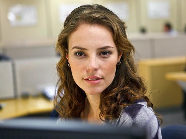 No episódio 'A Atormentada da Tijuca', Paola Oliveira é a recatada Clarissa