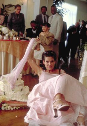 Gwen Cummings (Sandra Bullocks) fica embriagada na cerimônia de casamento de sua irmã