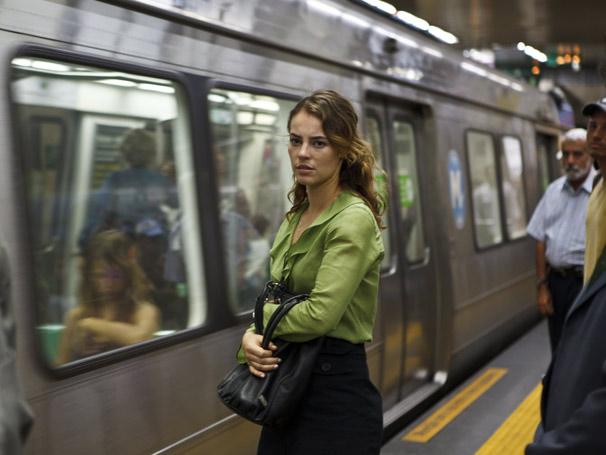 Paola Oliveira vive Clarissa, em 'A Atormentada da Tijuca'