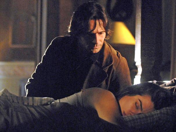 Com uma camisola sensual, Estela (Cleo Pires) se esparram no cama de Solano (Murilo Rosa)