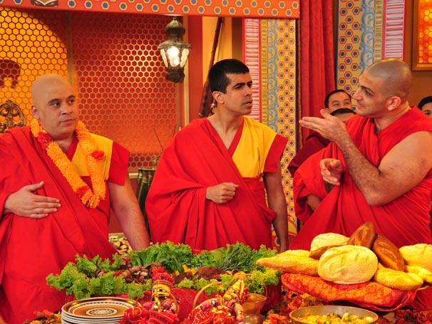 Jorginho (Leandro hassum) e Pedrão) vão a encontro do Badalai Lama