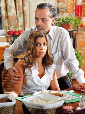 Geraldo (Ângelo Antônio) diz para a mulher que ela só sairá de casa acompanhada da sargento Mourão
