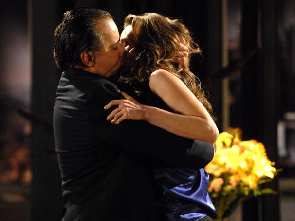 Clara (Mariana Ximenes) diz que não quer perder Totó (Tony Ramos) por nada e o italiano a beija