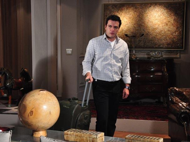 Mauro (Rodrigo Lombardi) volta a morar na mansão após o rompimento do casamento com Diana (Carolina Dieckmann)