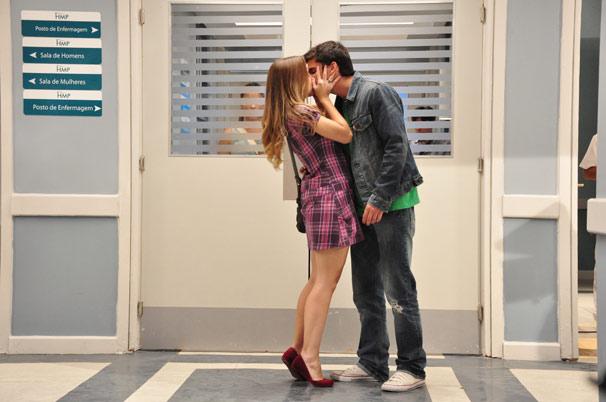 Catarina (Daniela Carvalho) e Pedro (Bruno Gissoni) se beijam no hospital