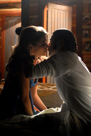 Neca e Glorinha se beijam no quarto do artista