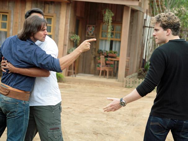 Fred (Raphael Viana) tenta contornar a briga entre Solano (Murilo Rosa) e Vitor (Thiago Fragoso)