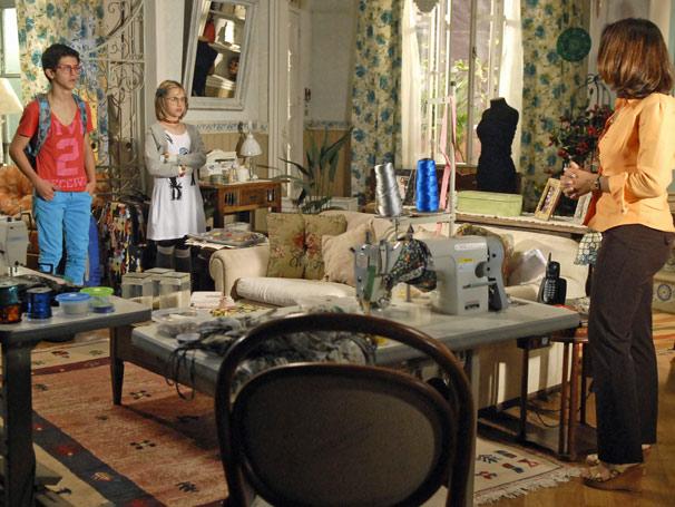 Mabi (Clara Tiezzi), Lipe (David Lucas) aparecem na casa de Marta (Dira Paes)