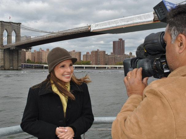 Lizandra Trindade grava com a ponte do Brooklyn ao fundo