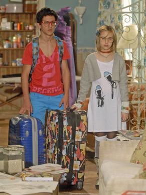 Mabi e Lipe chegam de mala e cuia na casa de Marta (Dira Paes)