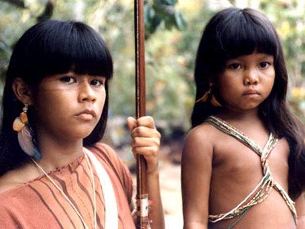 Tainá 2 - Tainá (Eunice Baía) tem que procurar a pequena Catiti (Arilene Rodrigues), que fugiu da aldeia